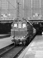 hist-fahrzeuge/83506/e-0e-am-bahnsteig-15-hbf E 0e am Bahnsteig 15 Hbf Leipzig um 1985