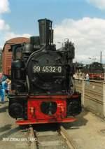 guterverkehr/76736/99-4532-0-vor-gueterwagen-auf-rollwagen 99 4532-0 vor Güterwagen auf Rollwagen